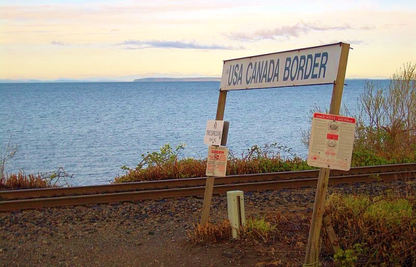 Canada-US-Peace-Arch-rail-border-crossing_Vmenkov via Wikimedia