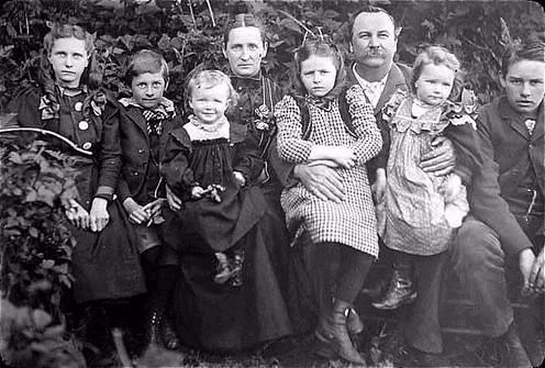 Family photo vintage_Forks Timber Museum-Flickr-4647372649