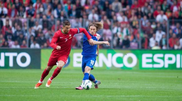 Cristiano_Ronaldo_vs_Luka_Modric_Portugal_vs_Croatia_June_2013_Fanny-Schertzer_Wikipedia